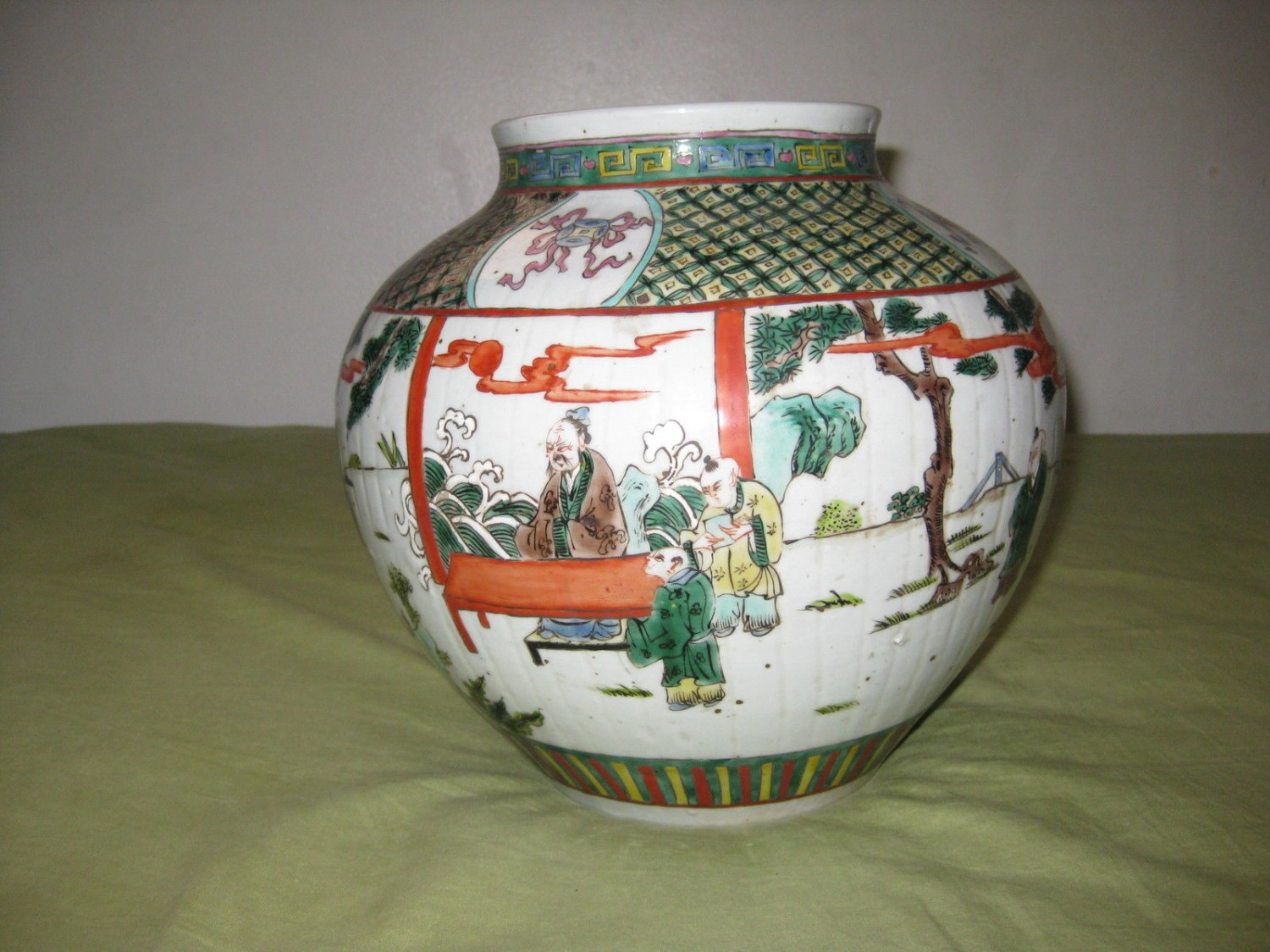 ANTIQUE CHINESE PORCELAIN POT WITH YONGZHENG MARK, 19TH CENTURY.