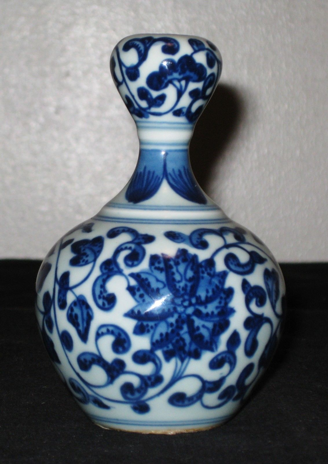 ANTIQUE CHINESE BLUE & WHITE PORCELAIN VASES, 19 TH CENTURY.