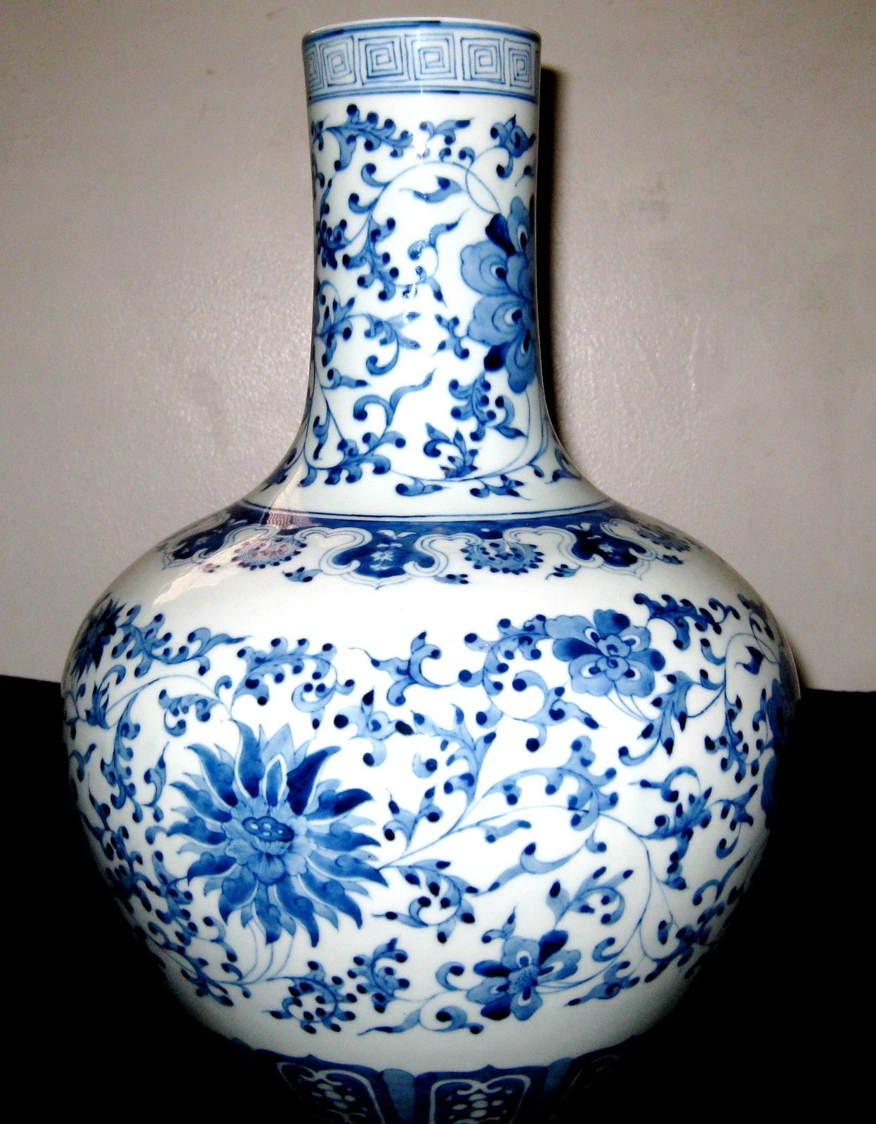 ANTIQUE CHINESE PORCELAIN BLUE & WHITE VASE QIANLONG MARK.