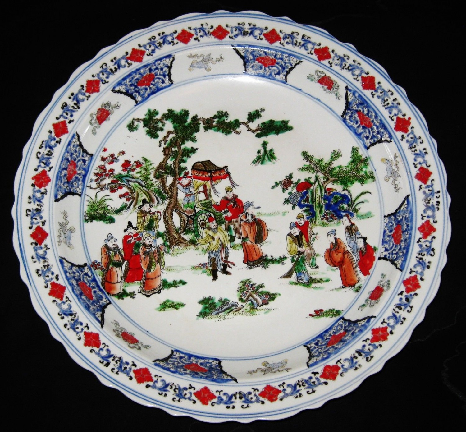 ANTIQUE CHINESE PORCELAIN CHARGER 45 CM, HAND PAINTED KANG -XI MARK.